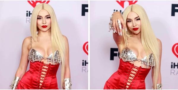 Ava Max na czerwonym dywanie iHeart Radio Music Awards