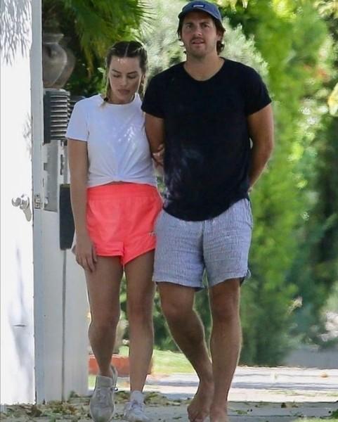 NEW  Margot na spacerze z mężem