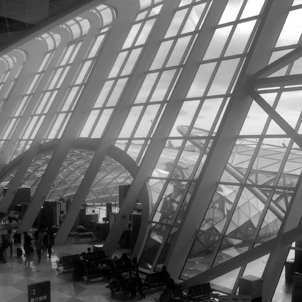 المطارات شكلها حلوه لما بتكون مسافر و تخيس بنظرك وقت الرجعه