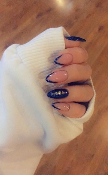 У тебя синим ногти были скинь их пожалуйста