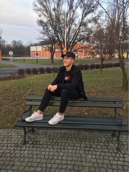 Tylko jeden z uśmiechem siedzący na ławce