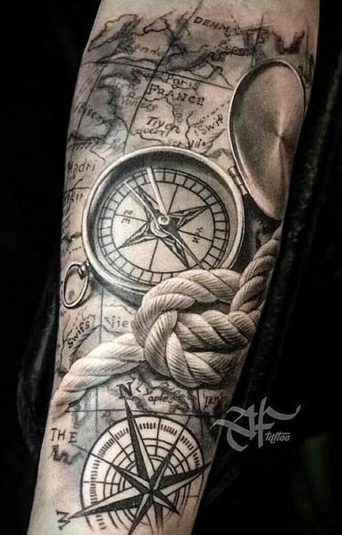 Zdjęcie tatuażu z kompasem