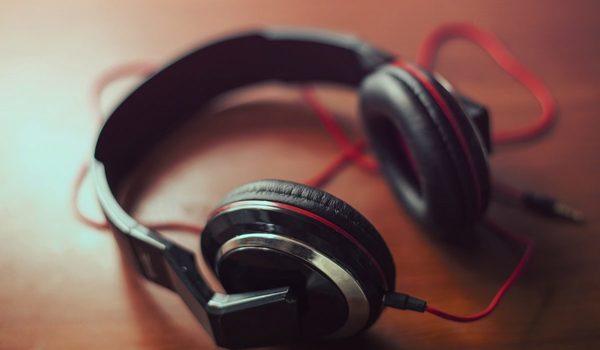 Предпочитаешь музыку в наушниках или через динамики умеренно громкую тихую или