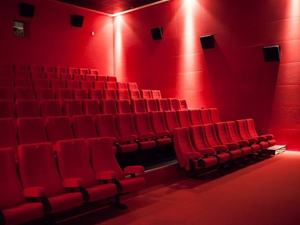 Приветствую  Вы бывали в кинотеатрах Вам не кажется что их эра подходит к закату