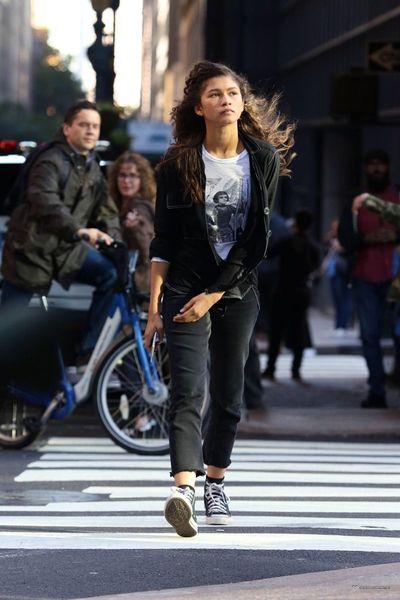 Zdjęcie gdy idzie ulicą