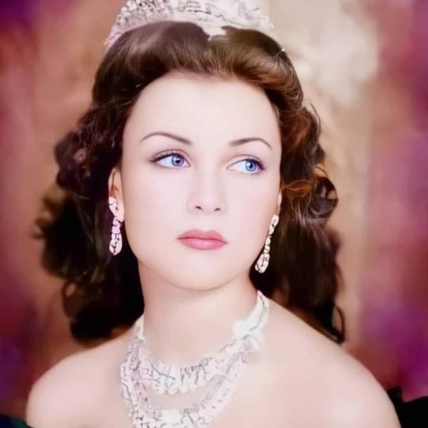الأميرة فوزية بنت الملك فؤاد الأول وصفها السفير البريطاني في مصر أن ذاك بأنها