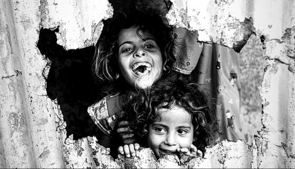 أيها المجاهدون في غزة احتفظوا بأحذيتكم  لأن متاحف العالم ستطالب بها يوما
