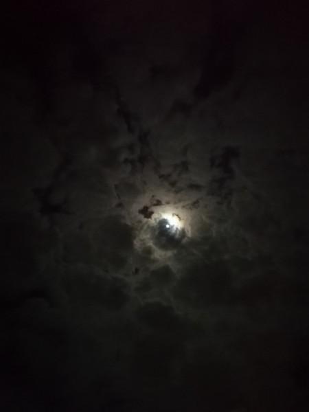 القمر تحت الغيوم جميل جدا سبحان من خلق الجمال