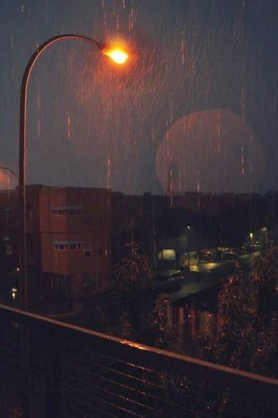 Iti place ploaia Eu una o ador imi place sa citesc cel mai tare cand ploua sau