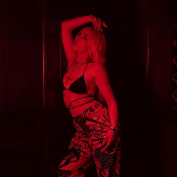 Ava Max jest ósmą kobietą i czternastą ogólnie najlepiej sprzedającą się